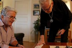 Björn och Christer leker med kort.