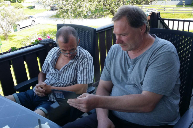Hivaro och Zethino Jr kollar trolleri på mobilen