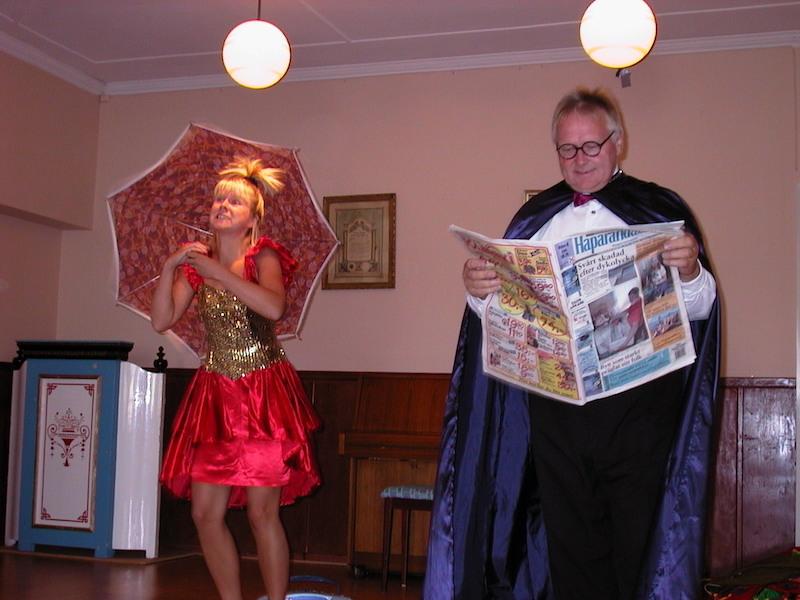 Fred Seldahl med assistenten Ulrika Hollsten visar upp sig på medlemsmöte 2002
