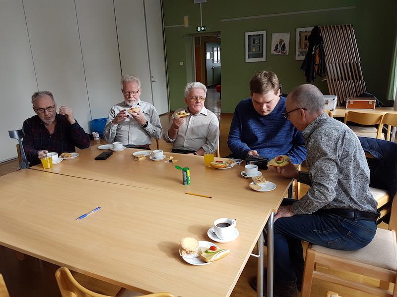 Karl-Ivan, Christer, Björn, Joakim och Hans-Ivar mumsar på fikat och trollar.