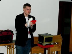 Joakim visar upp sin nya trolleriakt.