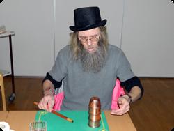 Willy Cheyenne visar bägarspelet