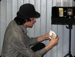 John visar att han har fullständig kontroll på kortlekens 52 kort..