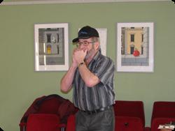 Karl-Ivan spelar på munspel