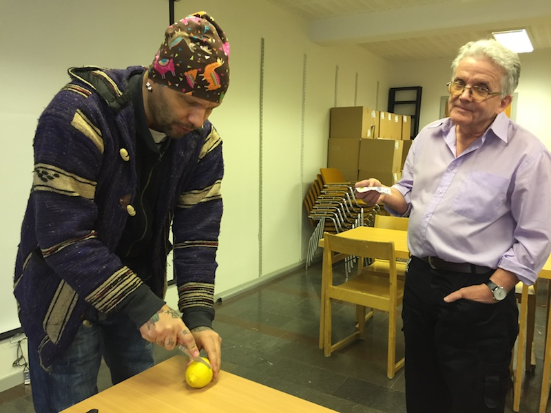 John Martin visar sitt citrontrick