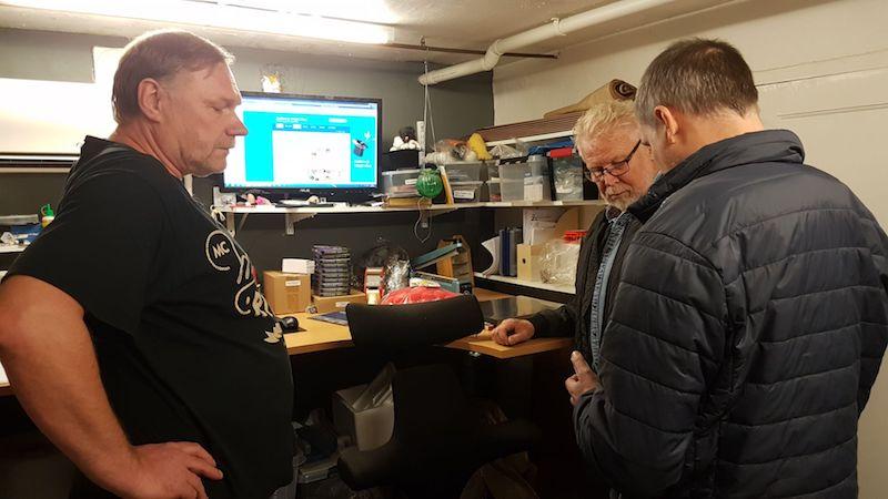 Kent visar rekvisita för Christer och Jörgen