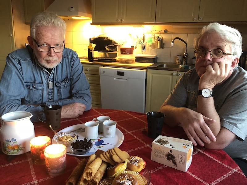 Christer och Björn mumsar på fikat