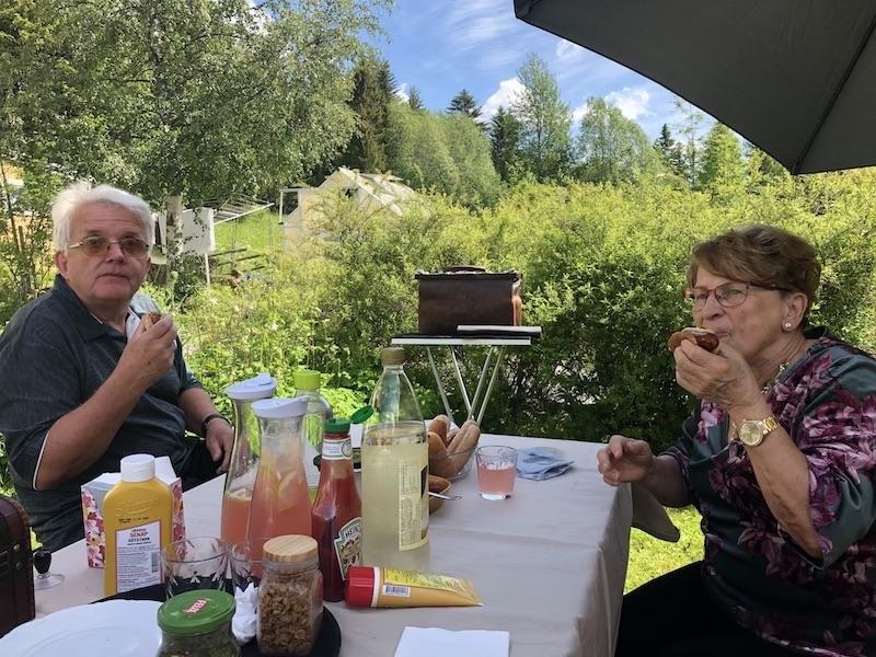Björn och Svea mumsar